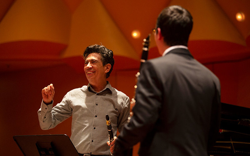 Joaquín Valdepeñas works with Guilherme Batalha.