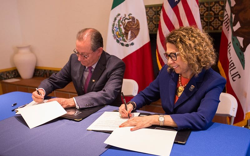 Mario Cuevas Zamora, consul of Mexico and CSUF President Mildred García at signing ceremony for a new partnership.