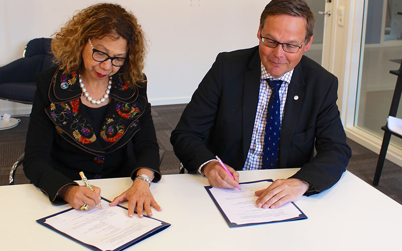 President Mildred Garcia and President Johan Sterte of Luleå University of Technology sign agreement.